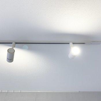 天井にはライティングレール。(※写真は2階の同間取り別部屋のものです)