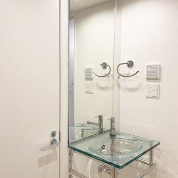 水回り入って左手に洗面化粧台。(※写真は2階の同間取り別部屋のものです)