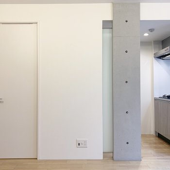 北面は左ドアが水回り、右側にキッチン。(※写真は2階の同間取り別部屋のものです)