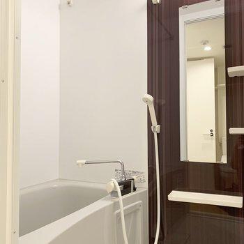 お風呂はダークトーン。(※写真は2階の同間取り別部屋のものです)