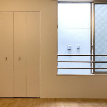 こちらの壁にはさりげないクローゼット。(※写真は3階の同間取り別部屋のものです)