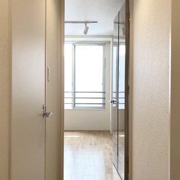 洋室へ戻って窓からの眺望を。(※写真は3階の同間取り別部屋のものです)