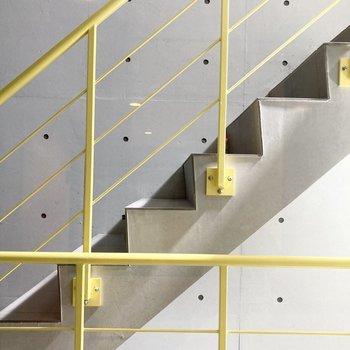 エレベーターもありますが、階段のカラーがいいですね。