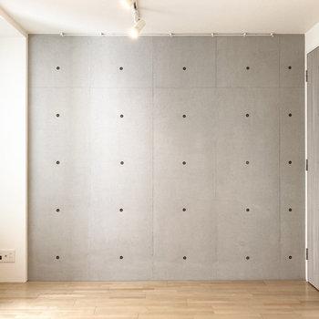 一面コンクリな壁もあります。植物とリネン家具で余裕を感じさせるお部屋に。(※写真は3階の同間取り別部屋のものです)