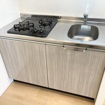2口コンロで同時調理可能。作業スペースは少し小さめ。(※写真は3階の同間取り別部屋のものです)
