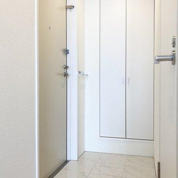 玄関はホワイトで爽やかに。(※写真は3階の同間取り別部屋のものです)