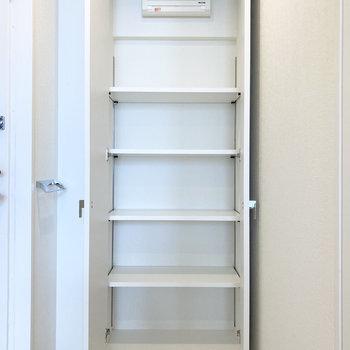 シューズボックスの棚は高さ調節可なので、バッグや帽子も一緒に入れられそう。(※写真は3階の同間取り別部屋のものです)