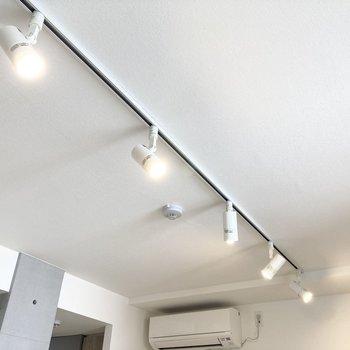 照明の向きを変えるだけでも空間の印象が変わりそう。(※写真は3階の同間取り別部屋のものです)