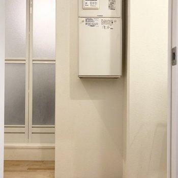 給湯器下のスペースには洗濯カゴがすっぽり入りそう。(※写真は3階の同間取り別部屋のものです)