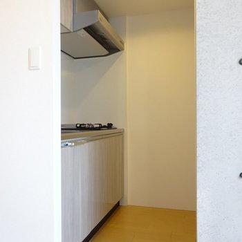 キッチンスペース。右奥に冷蔵庫があります。