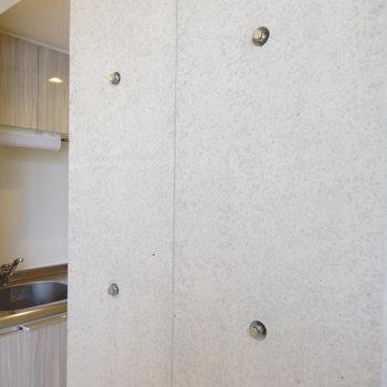 キッチンとクローゼットの間のコンクリには浮き出たボルトが。色々掛けれそう?