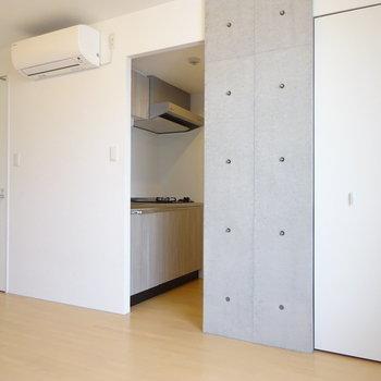 左からバスルーム、キッチン、クローゼットの順です。