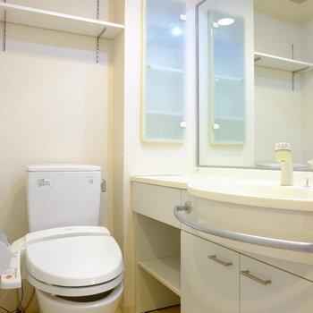 洗面台とトイレは同室に。(※写真は6階の同間取り別部屋のものです)