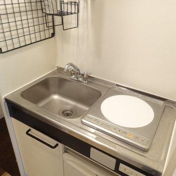 キッチンは最小限。※写真は2階の反転間取り別部屋のものです