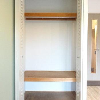 収納は上下の棚が嬉しいね。※写真は2階の反転間取り別部屋のものです