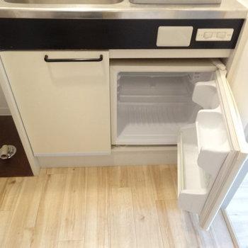 冷蔵庫もコンパクト!※写真は2階の反転間取り別部屋のものです