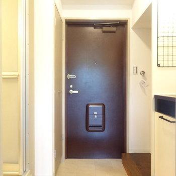 玄関狭くはないですよ。※写真は2階の反転間取り別部屋のものです