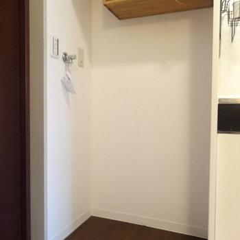 洗濯機は玄関すぐに。※写真は2階の反転間取り別部屋のものです