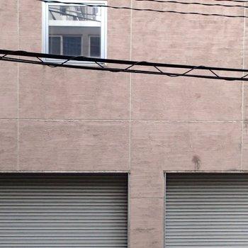 ベランダはなし、眺望は道路を挟んでマンションが見えました