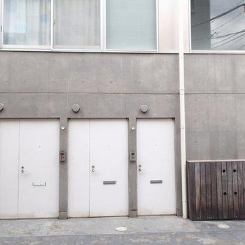 一番左の白いドアから入ります