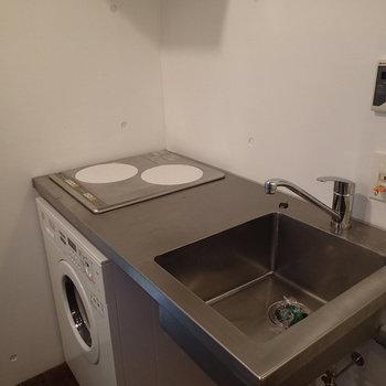 キッチンも潔い収納なんていらないぜ。