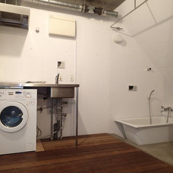 水回りをアップで。お風呂とトイレはカーテンない方がかっこいい気もします!