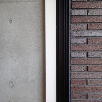 室内のコンクリと外部のレンガのコントラスト