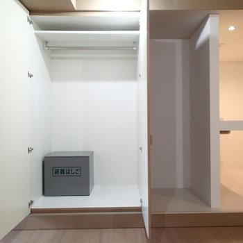 クローゼットはこちら。右のくぼみは冷蔵庫置場!
