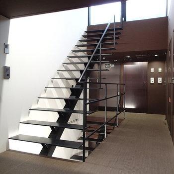 こちらは共用部の階段。スタイリッシュ!