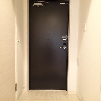 玄関ドアは黒で。シューズボックスもあり〼