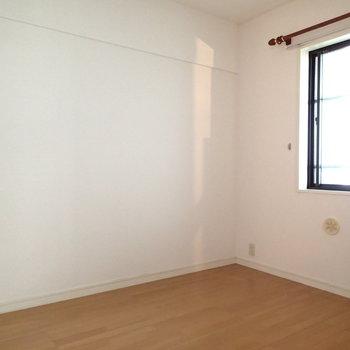 こっちは少し狭い4.6帖の洋室