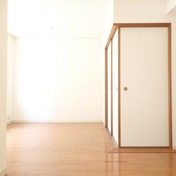引き戸はを開けば和室です