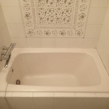 浴槽は狭めですが華やか