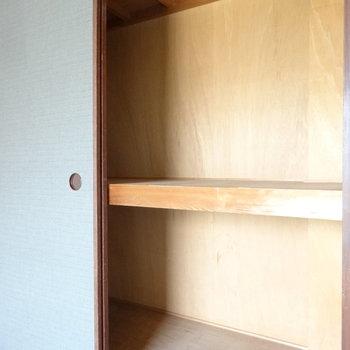 こちらは和室の押入れ。ちょっと古めかな。