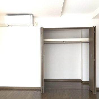 居室の収納はクローゼット型。こっちにベッドかな