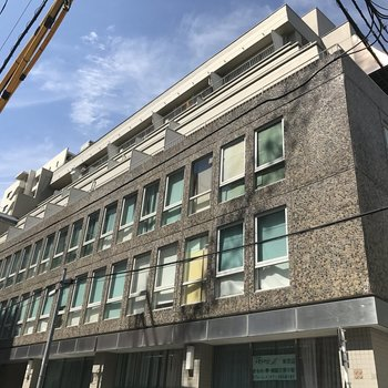 1階は事務所がはいるガッシリ建物