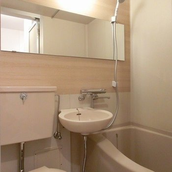ユニットバス内には木目調シートとシャワー水栓の水栓を交換に※写真はイメージ