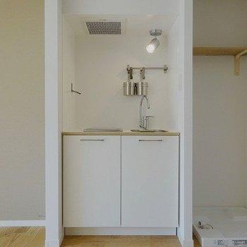 白のシンプルデザインはお持ちの家具とも相性◎※写真はイメージ