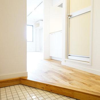 玄関は白のタイルに♪