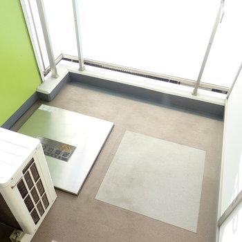 バルコニーの壁はグリーンです。(※写真は6階の同間取り別部屋のものです)