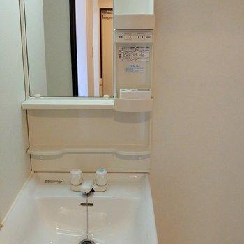 洗濯機は洗面器の横へ。写真の左側にもスペースがあります