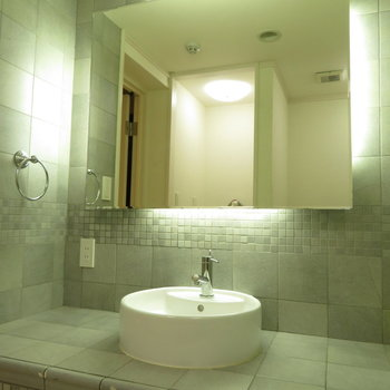これまた大きな鏡と洗面台
