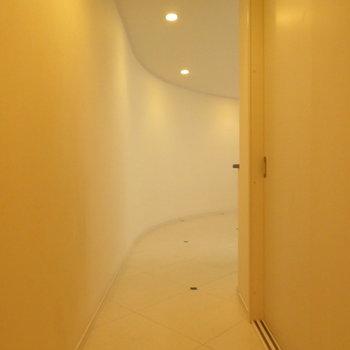 玄関開けるとこんな感じの廊下です