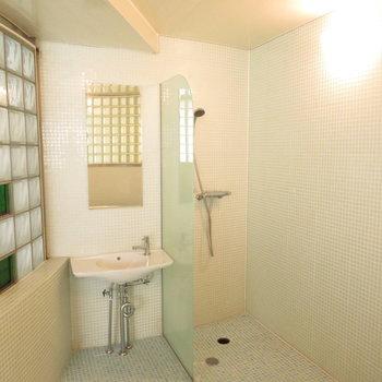 シャワーや洗面台も完備