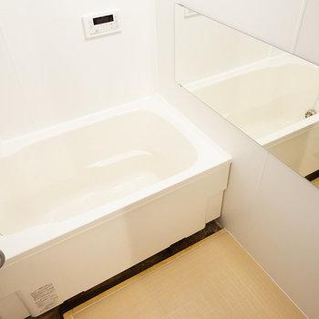 浴槽の交換、床シート、壁面のパネル張替え、照明、ミラーの設置を◎