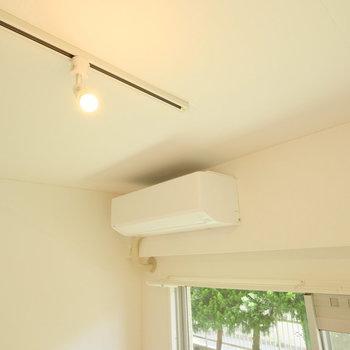 ライティングレールに新しいエアコンもついてますよ♪