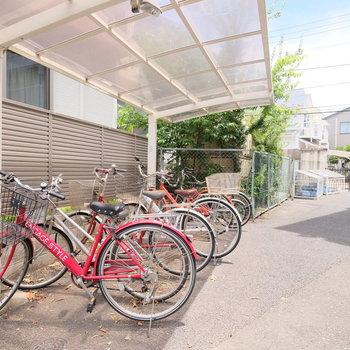 自転車置き場は屋根付き!奥に見えるのはゴミ置き場です!