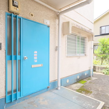 お部屋の扉は爽やかな青空色です◎