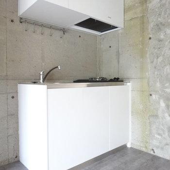 白い箱感がスタイリッシュなキッチン。