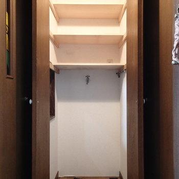 玄関の収納には洗濯機置場が隠されています
